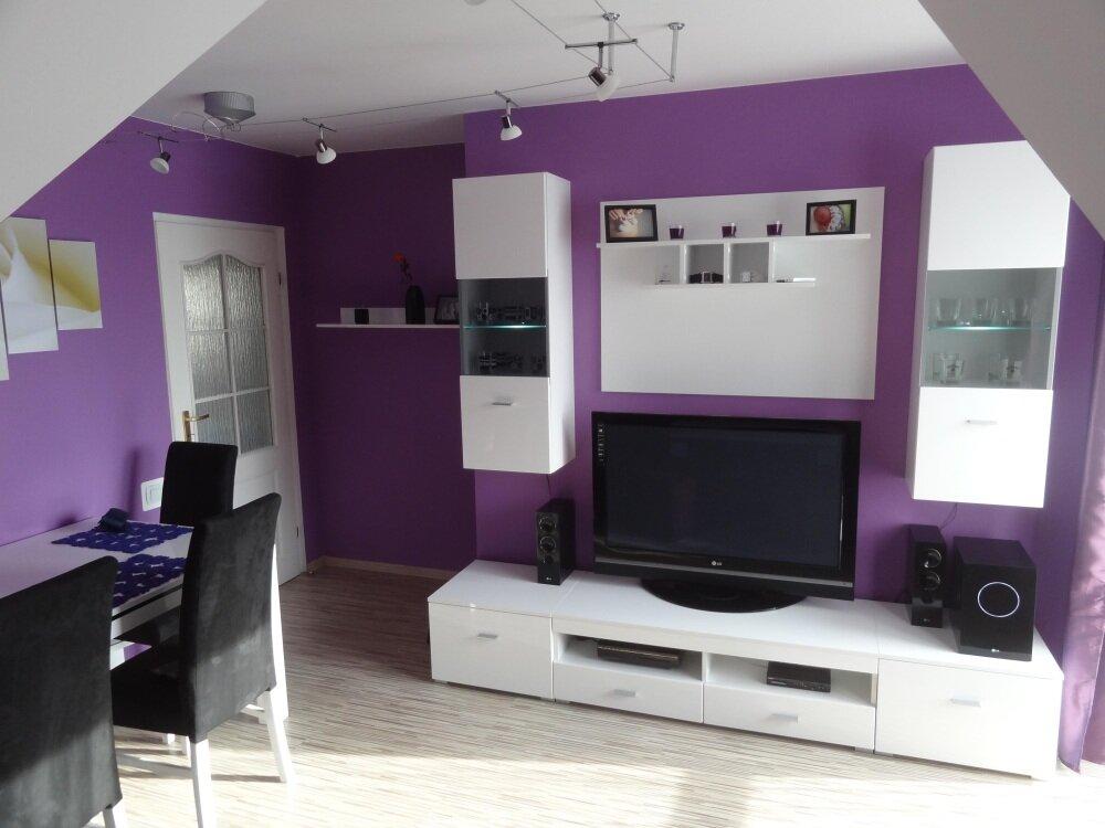 Белая модульная стенка-горка в гостиной