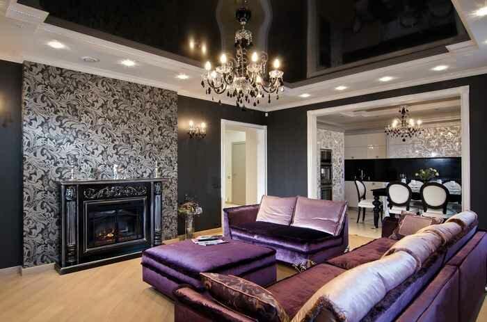 Черный потолок в небольшой гостиной