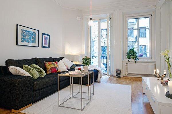 Интерьер зала в квартире с балконом