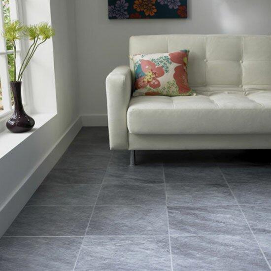 Керамическая плитка на полу в гостиной