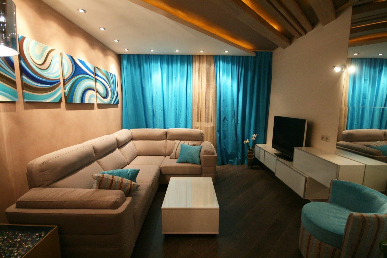 Синие акценты в небольшой гостиной в бежевых тонах