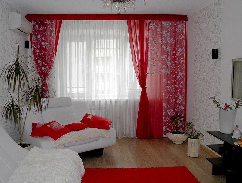 Сочетание красного и белого в оформлении окна