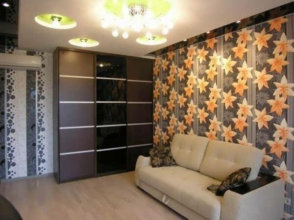 Цветочная стена в гостиной в хрущевке