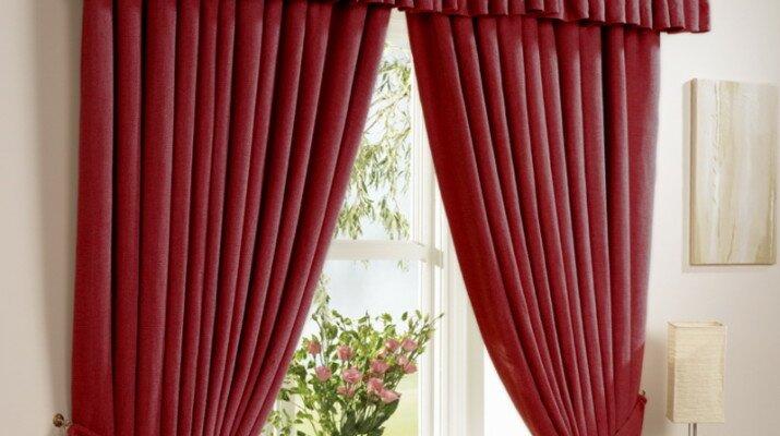 В гостиную красные шторы