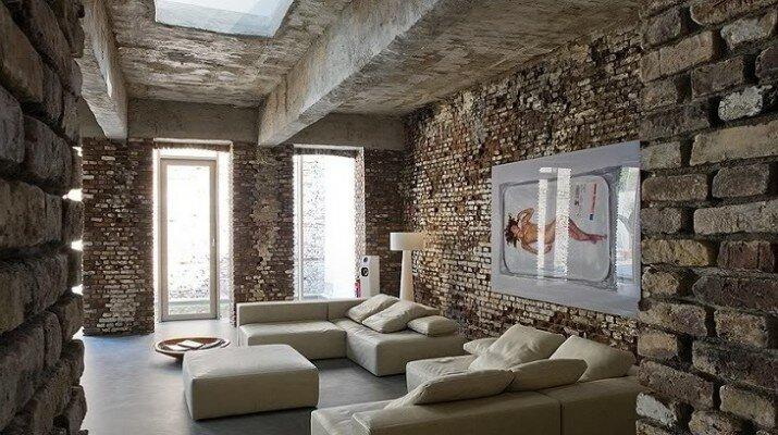 Гостиная с кирпичными стенами и бетонным потолком, стиль лофт