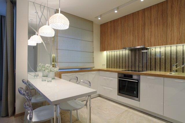 Кухонный фартук выполнен с использованием «вязаных» обоев