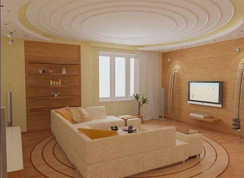 Оформление потолка в небольшой гостиной