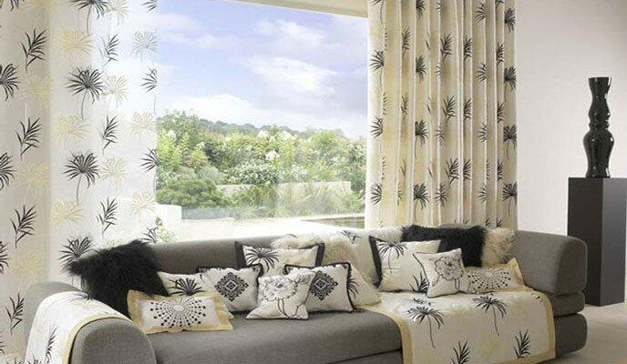 Светлые шторы с крупным принтом для гостиной