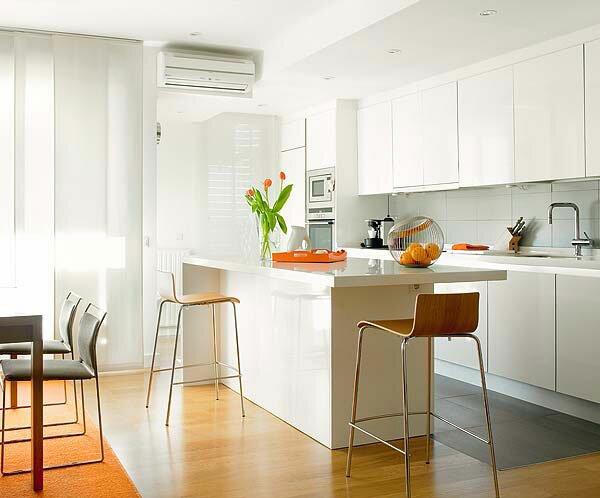 Обеденная зона гостиной переходит в кухню