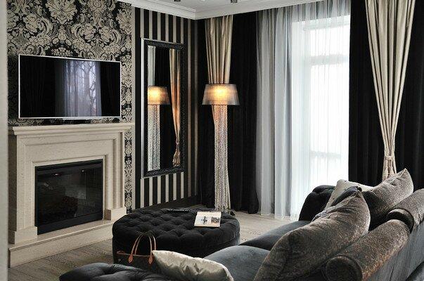 Черный цвет гостиной с элементами стиля арт-деко