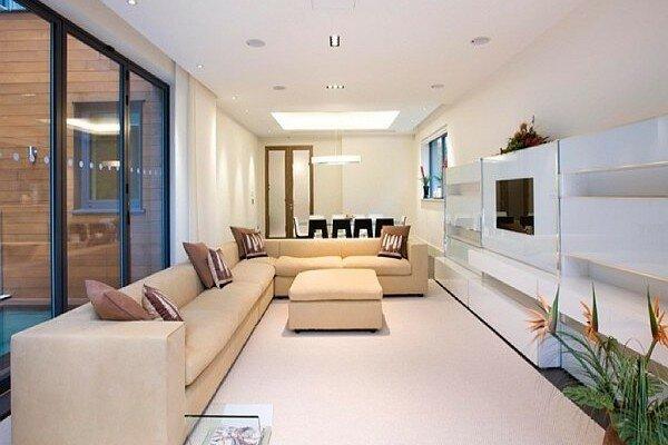 Элегантная гостиная с белым покрашенным глянцевым полом