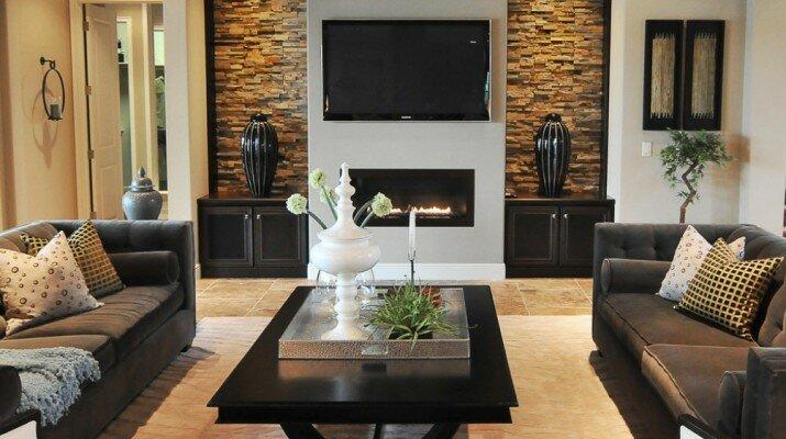 Элегантный гостиная с кирпичной кладкой в коричневом цвете