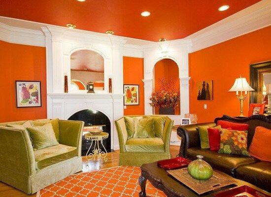 Яркая оранжевая гостиная с белыми элементами декора