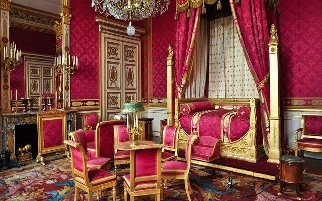 Яркие красные бархатные поверхности стиля ренессанс