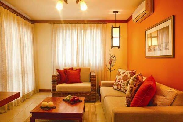 Яркие цвета в создании интерьера гостиной