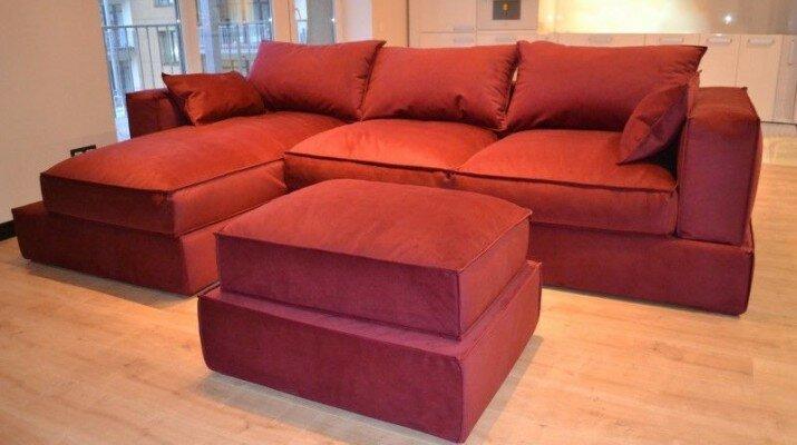 Яркий красный диван для светлой гостиной