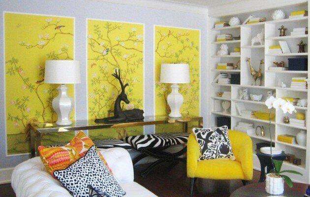 Яркий лимонный желтый цвет в сочетании с белым в гостиной