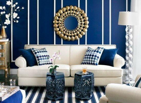 Яркий синий цвет стен и белые элементы декора в гостиной
