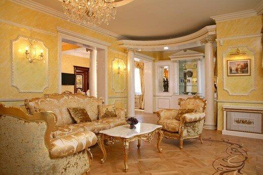 Яркое освещение гостиной в направлении интерьера барокко