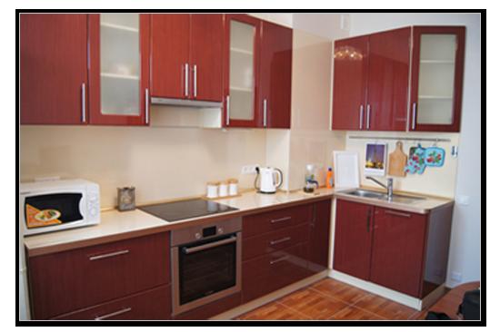 Красивая красная готовая кухня