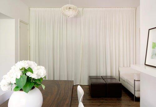 Плотные белые шторы в интерьере гостиной