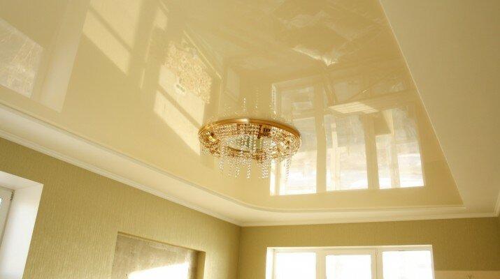 Приятный светлый оттенок натяжного сатинового потолка
