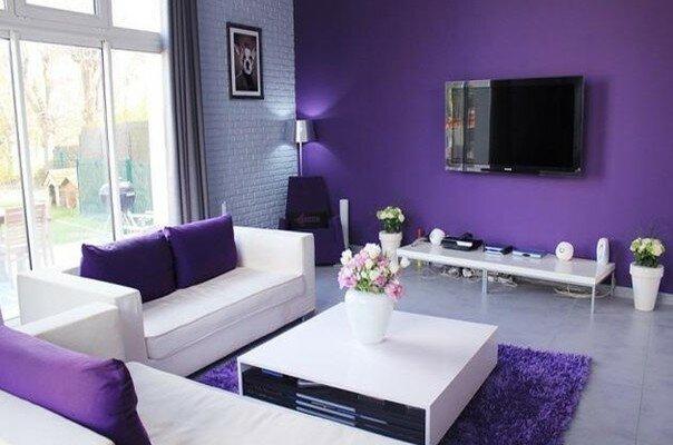фиолет в интерьере зала